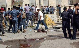 La police et l'armée irakiennes sur le site d'une attaque suicide contre un poste de police ele 13 juin 2011 à Bassorah