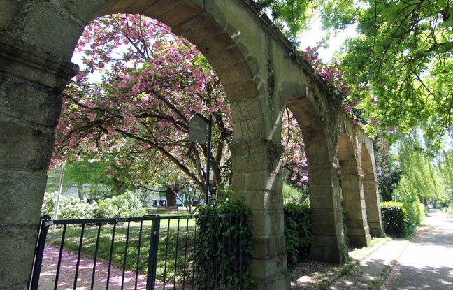 Les arches dans les jardins Guy Houist à Rennes, au pied des tours des Horizons.