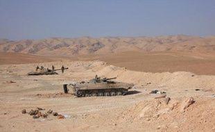 Des tanks des forces gouvernementales syriennes près d'un puit de pétrole à Palmyre le 9 mars 2015