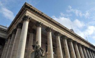 La Bourse de Paris a fortement reculé lundi et clôturé la séance sur sa plus forte baisse depuis l'été dernier, sous le coup d'un regain de tensions en Italie et en Espagne qui a incité les investisseurs à prendre leurs bénéfices.