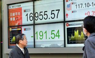 Un tableau d'indices boursiers, le 18 janvier 2016 dans une rue de Tokyo