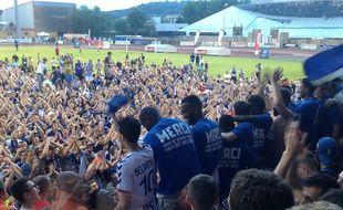 Monté l'an dernier à l'issue d'un match nul à Belfort (0-0), le Racing club de Strasbourg est encore en position pour enchaîner une nouvelle accession directe, en Ligue 1 cette fois.
