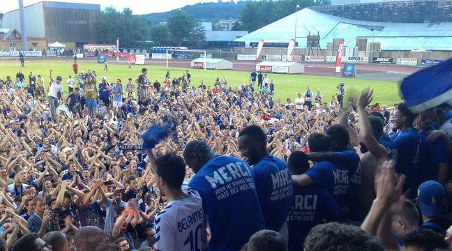 Monté l'an dernier à l'issue d'un match nul à Belfort (0-0), le Racing club de Strasbourg est encore en position pour enchaîner une nouvelle accession directe, en Ligue 1 cette fois. – Floreal Hernandez