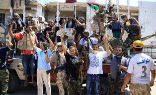 Les insurgés libyens continuent de célébrer la prise du QG de Mouammar Kadhafi, à Tripoli alors que celui-ci reste introuvable.