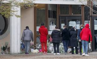 Un hommage à l'enseignant qui a été décapité, devant son collège à Conflans.