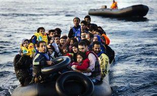 Des migrants et réfugiés arrivent sur l'île grecque de Lesbos après avoir traversé la mer Egée depuis la Turquie, le 14 octobre 2015