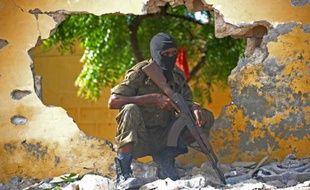 Un soldat somalien en position près de la zone où des shebab ont perpétré une attaque à Mogadiscio, le 21 juin 2015