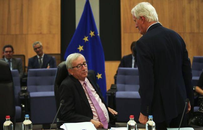 le président de la Commission européenne Jean-Claude Juncker et le négociateur pour l'UE Michel Barnier (de dos), le 2 octobre 2019 à Bruxelles.