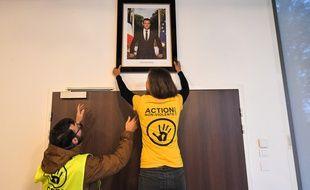 Des militants écologistes ont décroché le portrait d'Emmanuel Macron, en mairie de Saint-Sébastien