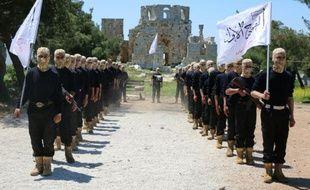 """Des combattants du """"Premier bataillon"""" de l'Armée syrienne libre participent à un entraînement, le 4 mai 2015, dans la ville d'Alep (nord de la Syrie)"""