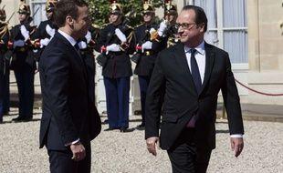 Le président sortant François Hollande confie les clés de l'Elysée à son successeur, Emmanuel Macron.