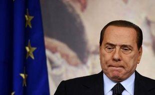 """Les éditorialistes se félicitent jeudi de la chute annoncée de Silvio Berlusconi tout en déplorant le fait que ce soit les """"bulldozers des marchés"""" et non des mécanismes démocratiques qui aient """"eu la peau"""" du Premier ministre italien, discrédité par de nombreux scandales."""