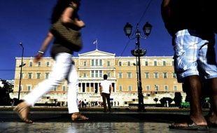 La probable poussée des partis extrémistes en Grèce, qui pourrait mettre en péril le plan d'aide accordé au pays, alarme davantage les marchés que la victoire à la présidentielle de François Hollande dont le programme n'est plus perçu comme une menace par les investisseurs.