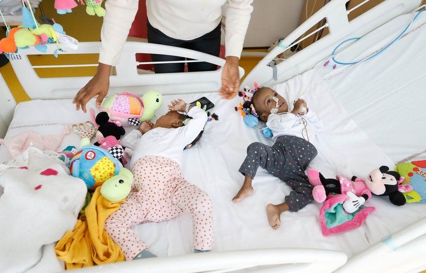 Lyon : « C'est tout un hôpital qui était derrière ces enfants », les médecins qui ont séparé les sœurs siamoises racontent l'intervention