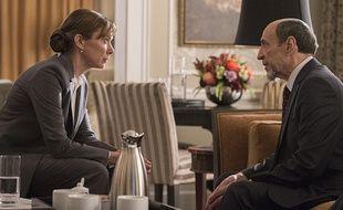La présidente élue des Etats-Unis Elizabeth Keane (Elizabeth Marvel F.) s'entretient avec Dar Adal (Murray Abraham) à la tête de la CIA.