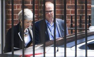 Theresa May, derrière des barreaux.
