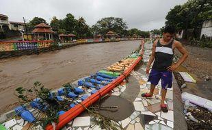 Le 5 octobre, un Nicaraguayen observe les dégât causés par la tempête Nate à Masachapa, à 60 km de la capitale Managua.