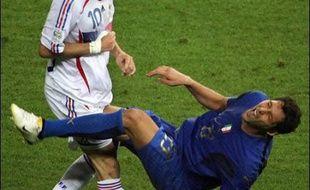 """""""Je préfère ta putain de soeur"""": voilà """"la"""" phrase qu'a lâchée Marco Materazzi à l'adresse de Zinédine Zidane avant """"le"""" coup de tête de la finale du Mondial-2006, assure le défenseur italien selon des propos rapportés par un hebdomadaire italien à paraître lundi."""