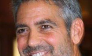 La ministre de la Culture Christine Albanel a décerné dimanche à Deauville (Calvados) les insignes de chevalier des arts et lettres au comédien et réalisateur George Clooney, en marge du festival du cinéma américain qui se tient dans cette localité depuis vendredi.