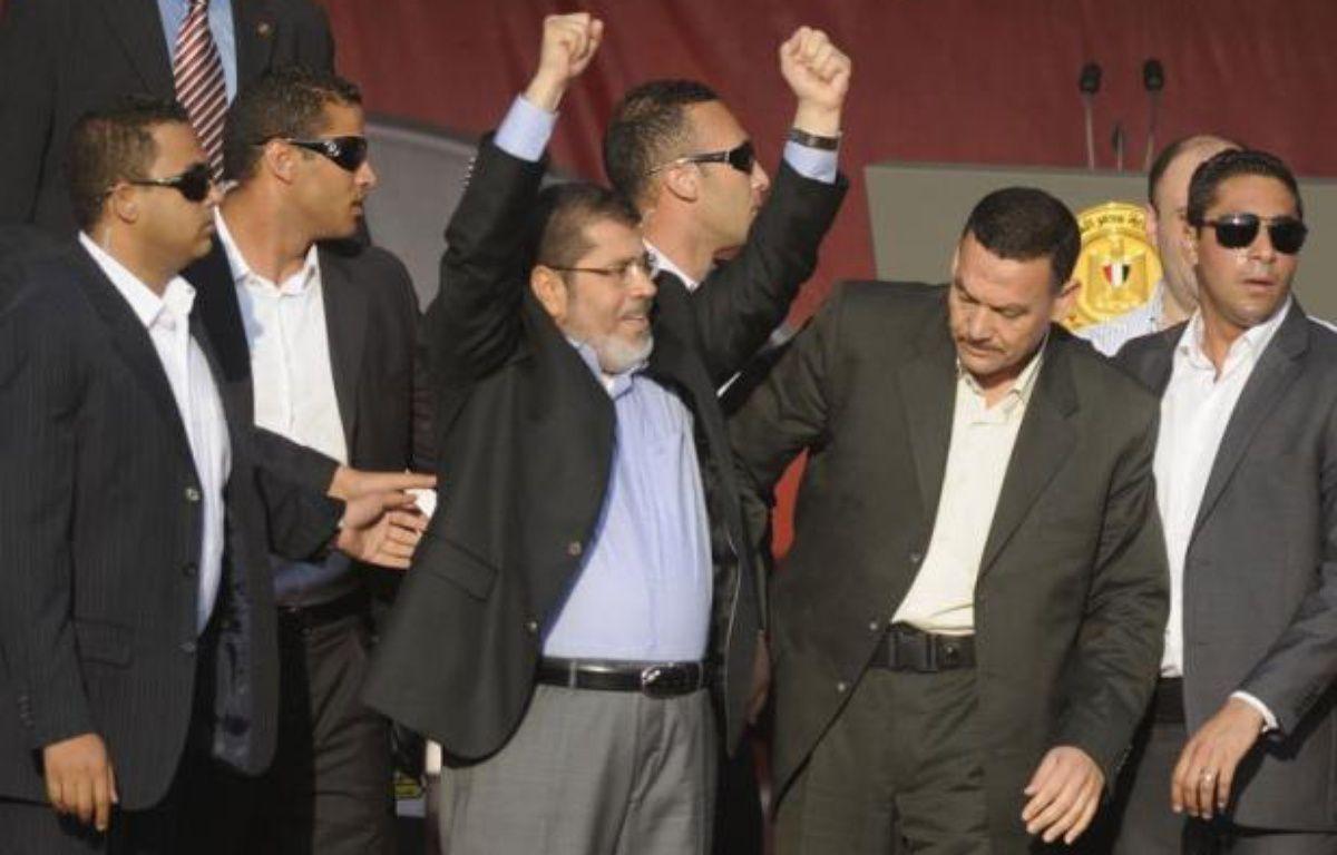 Le président égyptien élu, l'islamiste Mohamed Morsi, a prêté symboliquement serment vendredi devant des dizaines de milliers de personnes place Tahrir, en prévenant implicitement l'armée qu'aucun pouvoir ne serait au-dessus de celui du peuple. – Mohammed Hossam afp.com