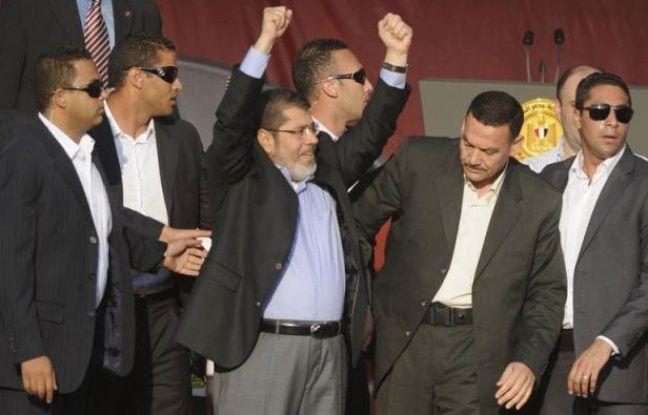 Le président égyptien élu, l'islamiste Mohamed Morsi, a prêté symboliquement serment vendredi devant des dizaines de milliers de personnes place Tahrir, en prévenant implicitement l'armée qu'aucun pouvoir ne serait au-dessus de celui du peuple.