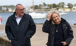 Marine Le Pen et Gilles Pennelle, ici le 6 mai 2021 lors de la présentation officielle de la tête de liste du RN dans le Morbihan Florent de Kersauson.