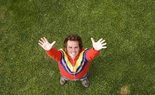 Un homme heureux levant les bras au ciel (illustration)
