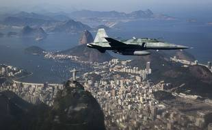 Un avion de l'armée brésilienne en démonstration au-dessus de Rio de Janeiro, le 14 juillet 2016.