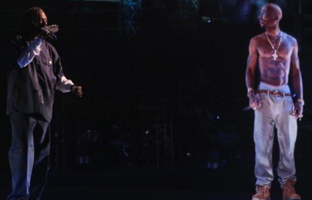 Le rappeur Snoop Dogg aux côtés de «l'hologramme» de 2Pac, le 15 avril au festival Coachella, en Californie. – C.POLK/GETTY/AFP