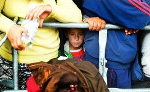 Un enfant attend avec d'autres migrants à la frontière austro-hongroise à Nickelsdorf (village autrichien) de  monter dans un autobus, le 10 septembre 2015
