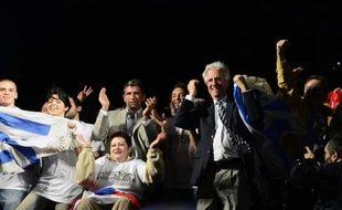 Le candidat pour le front de gauche uruguayen Tabare Vazquez (d) célèbre avec Raul Sendic (c) et les sénateurs sa victoire aux élections présidentielles à Montevideo le 30 novembre 2014