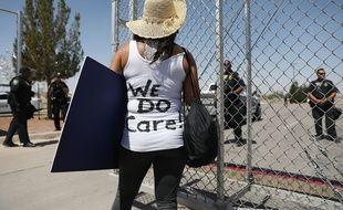 Une militante en faveur des droits de l'homme manifeste le 24 juin 2018 à Tornillo, Texas, ville-frontière entre les Etats-Unis et le Mexique