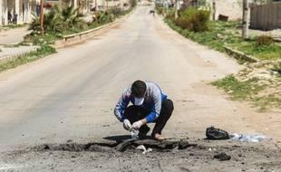 Un homme collecte des échantillons après l'atatque chimique à Khan Cheikhoun, en Syrie