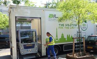 Dans le 14e arrondissement de Paris, Libner et Dachser expérimentent un camion qui embarque avec lui un petit véhicule électrique pour effectuer le dernier kilomètre de livraison.