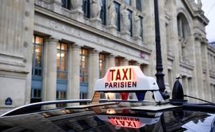 Le 03 decembre. Illustration de taxi parisien devant la gare du Nord au soir de la manifestation contre le manque de stations dans le quartier et l'exces de verbalisation.  // PHOTO : V. WARTNER / 20 MINUTES