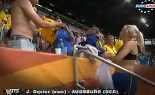 Capture d'écran d'une joueuse suédoise, offrant son maillot à un supporter allemand, le 2 juillet 2011 à Augsburg.