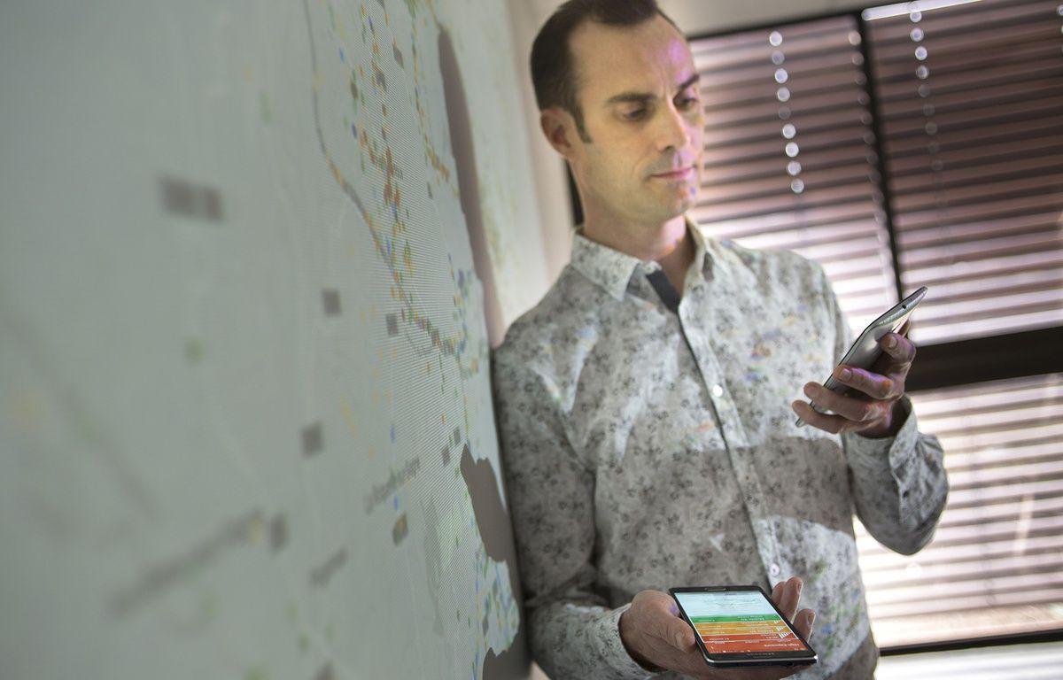 Arnaud Legout mesure la quantité d'ondes présentes dans son bureau avec l'application qu'il a développée, Electrosmart.  – C. Morel / Inria