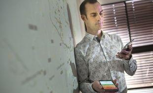 Arnaud Legout mesure la quantité d'ondes présentes dans son bureau avec l'application qu'il a développée, Electrosmart.