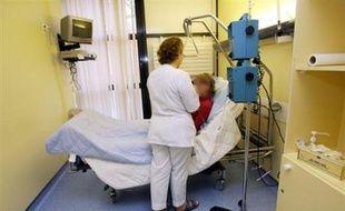 La loi Léonetti sur la fin de vie permet d'abréger les souffrances, mais des euthanasies illégales se pratiquent en France dans l'ombre et l'hypocrisie, témoignent des médecins.