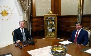 Photo publiée par la présidence turque montrant le président Recep Tayyip Erdogan (g) et son Premier ministre Ahmet Davutoglu au palais présidentiel à Ankara, le 3 novembre 2015