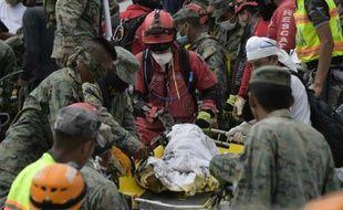 Le corps d'un enfant extrait des décombres le 18 avril 2016 à Pedernales en Equateur