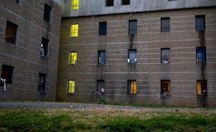 Une trentaine de prisonniers du groupe armé basque ETA ont commencé une grève de la faim dans des prisons d'Espagne et de France par solidarité avec un autre détenu, gravement malade et qui demande sa libération, a annoncé jeudi une association de familles.
