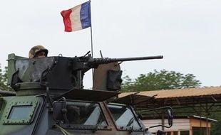 Un véhicule blindé de l'armée française patrouillant dans les rues de Bangui le 6 décembre 2013.