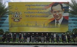 La Cour constitutionnelle de Thaïlande a rejeté vendredi, dans un jugement que tout le pays attendait avec fébrilité, une plainte de l'opposition contre le parti au pouvoir, en estimant que son projet de réforme de la Constitution n'était pas une menace pour la monarchie.