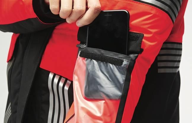 Sur l'avant-bras, une pochette tactile pour glisser un smartphone.