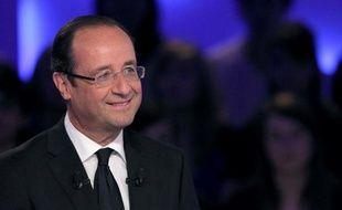François Hollande s'est rendu samedi en fin de matinée au marché de Tulle, son fief électoral de Corrèze, multipliant clins d'oeil, embrassades et dédicaces en cette veille de second tour, alors que Nicolas Sarkozy a choisi de passer la journée en privé avec sa famille.