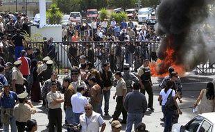 Des policiers réunis devant le quartier général de la police, à Quito, en Equateur, jeudi 30septembre 2010.