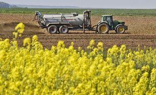 Illustration d'un tracteur épandant du lisier sur son champ, ici dans la Sarthe. L'épandage est l'une des sources générant de l'ammoniac dans l'air, favorisant la création de particules fines.