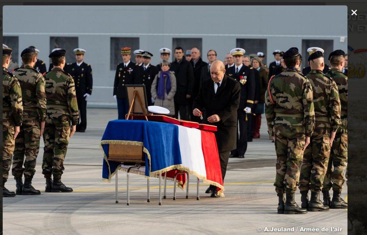 Le ministre de la défense Jean-Yves Le Drian a rendu hommage à Alexis Guarato, soldat français mortellement blessé au Mali, le 3 décembre 2015. – A. Jeuland / Armée de l'air