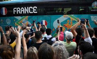 Les supporters français (qui ont pu se trouver des billets d'avion pas trop chers) ont accueillis les Bleus à leur arrivée à Bucarest vendredi.